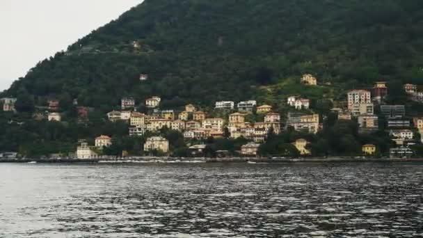 Gimbal záběr jezera Como a soukromých domů v Itálii