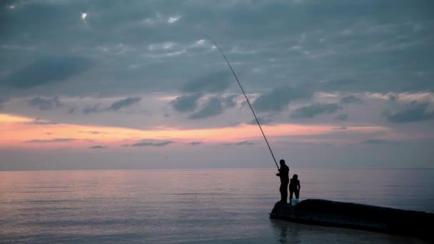 Gimbal záběr muže a dítěte s rotující na pozadí moře