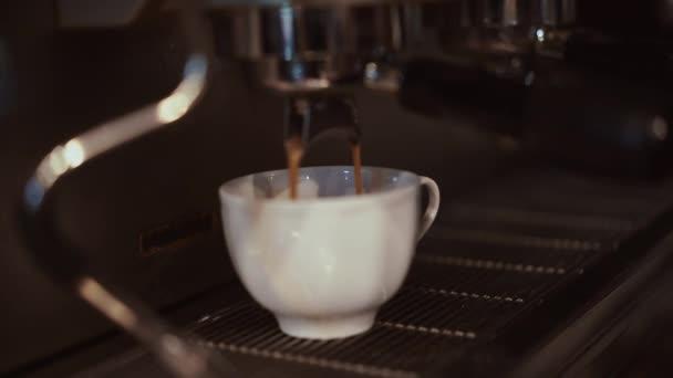 Egy kávéscsésze és egy kávéfőző közelsége egy kávéfőzőből