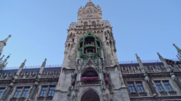 Gimbal Echtzeitaufnahme des Neuen Rathauses am Marienplatz in der Münchner Innenstadt. Das Rathaus ist das Symbol der Stadt, Deutschland.