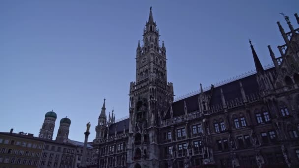 Gimbal Echtzeit-Aufnahme der Fassade des Neuen Rathauses am Marienplatz in der Münchner Innenstadt. Das Rathaus ist das Symbol der Stadt, Deutschland.