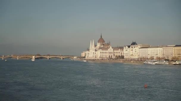 Kézi felvétel a Magyar Parlament épületéről, a hídról lőtték le