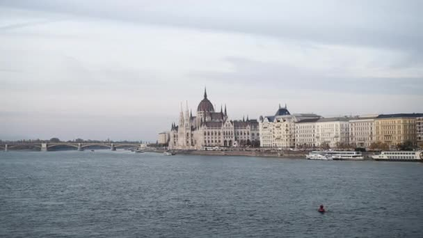 Kézi felvétel a Magyar Parlament épületéről a hídról