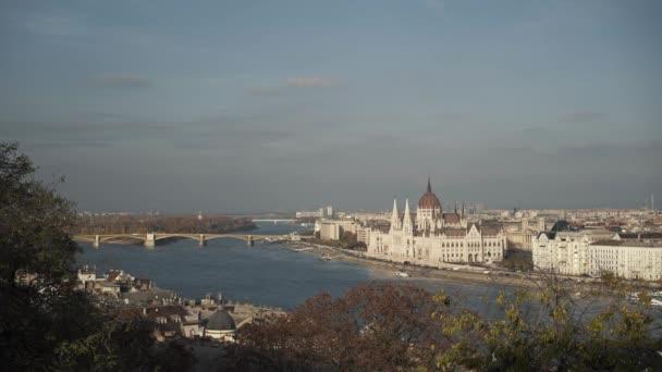 Gimbalkép Budapest széles panorámájáról szürke ég alatt