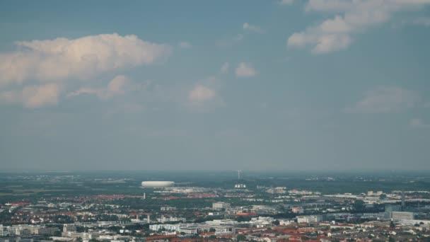 Uzamčený panoramatický výhled na centrum Mnichova z televizní věže směrem na předměstí Mnichova, Německo, aréna