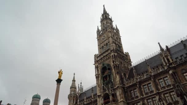 Von links nach rechts Echtzeitaufnahme des Neuen Rathauses am Marienplatz in der Münchner Innenstadt. Das Rathaus ist das Symbol der Stadt, München, Deutschland.