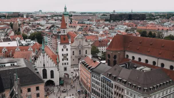 MÜNCHEN, DEUTSCHLAND - 25. Juni 2019: Menschen laufen auf dem Marienplatz, einem zentralen Platz in der Münchner Innenstadt.