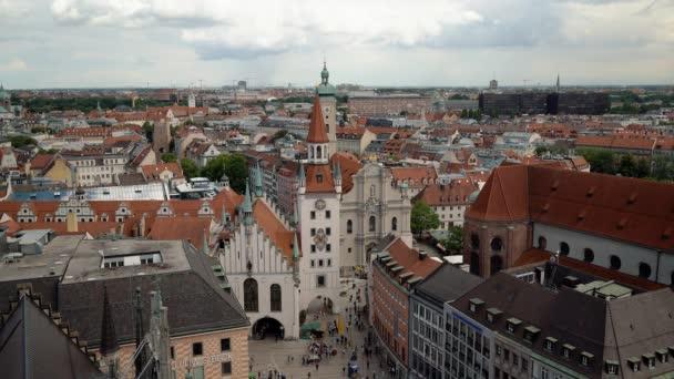MÜNCHEN - 25. JUNI 2019: Gimbal-Aufnahme vom Münchner Marienplatz bei trübem Wetter