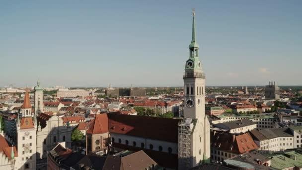 MÜNCHEN, DEUTSCHLAND - 25. JUNI 2019: Großaufnahme der Münchner Peterskirche