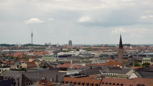 MÜNCHEN, DEUTSCHLAND - 25. JUNI 2019: Luftaufnahme der Münchner Innenstadt mit Olympiaturm