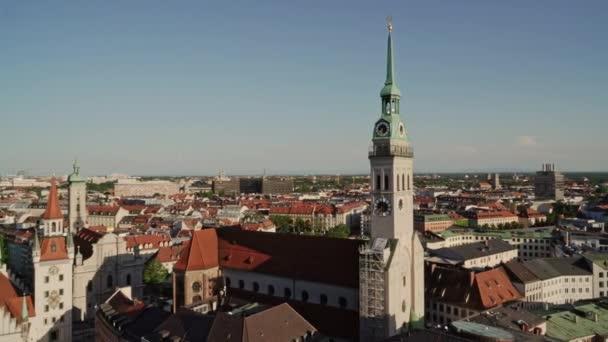 MÜNCHEN, DEUTSCHLAND - 25. Juni 2019: Gimbal-Schuss von links nach rechts vor der Münchner Peterskirche