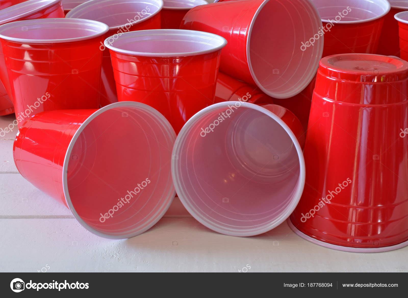 Piano Per Tavolo Plastica.Primo Piano Immagine Plastica Rossa Bicchieri Tavolo Picnic Bianco