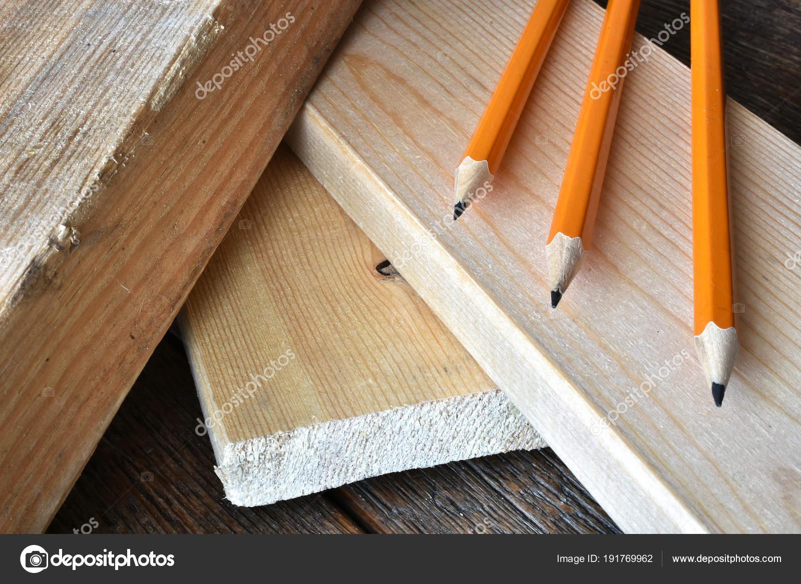 gros plan image crayons aiguisés bois sur banc travail menuiserie