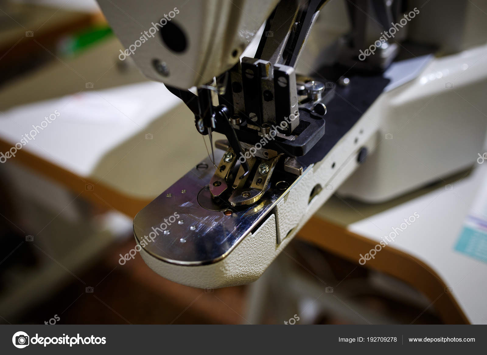 Eine automatische Nähmaschine näht mit farbigen Fäden und precis ...