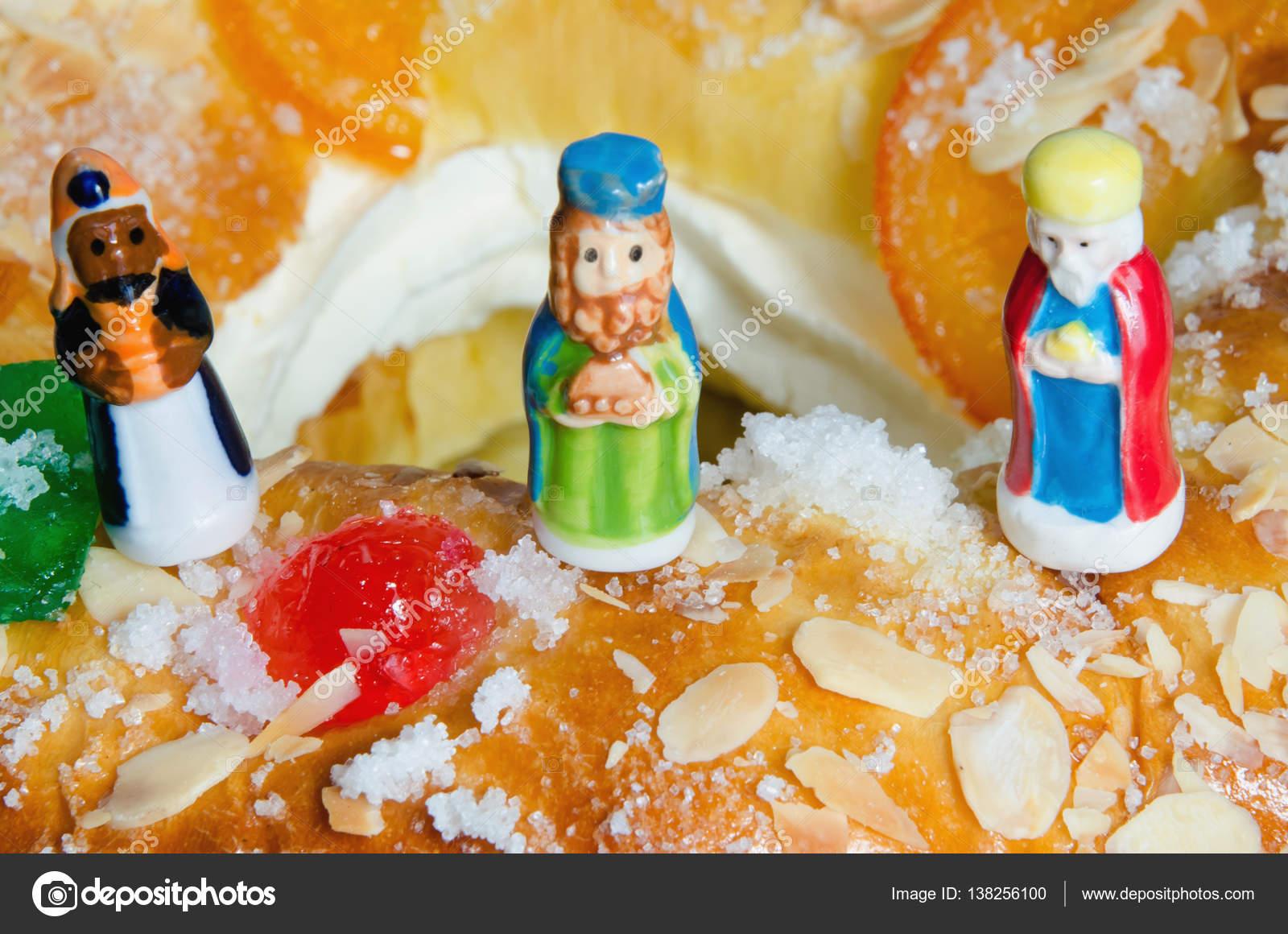 Roscon De Reyes Y Tres Figuras De Reyes Magos