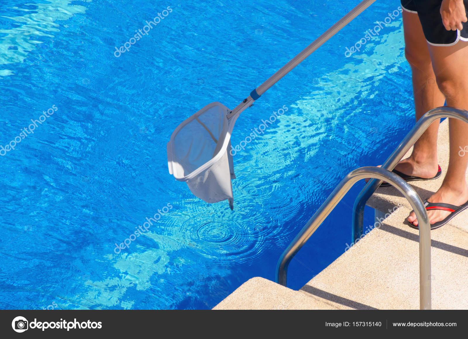 Pool reinigen trendy ein kerl der mit einem teleskop - Holzmobel pflegen hausmittel ...