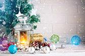 Vánoční zimní pozadí. Nové hračky, let. Veselé Vánoce a šťastný nový rok