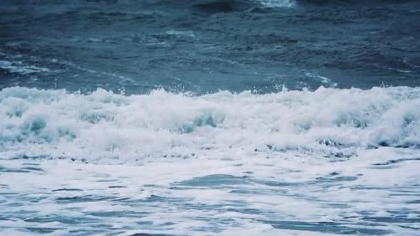 Větrné počasí velké bouřlivé mořské vlny. Pomalý pohyb. Oceánské vlny během bouře. Silný mořský tropický hurikán. Globální oteplování. Pomalý pohyb.