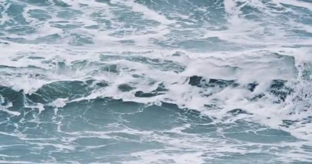 Větrné počasí velké bouřlivé mořské vlny. Pomalý pohyb. Oceánské vlny během bouře. Silný mořský tropický hurikán. Globální oteplování. Špatné počasí. Cyclone Hurricane Wind.Pomalý pohyb.