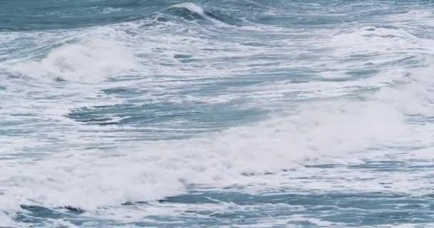 Větrné počasí velké bouřlivé mořské vlny. Pomalý pohyb. Oceánské vlny během bouře.