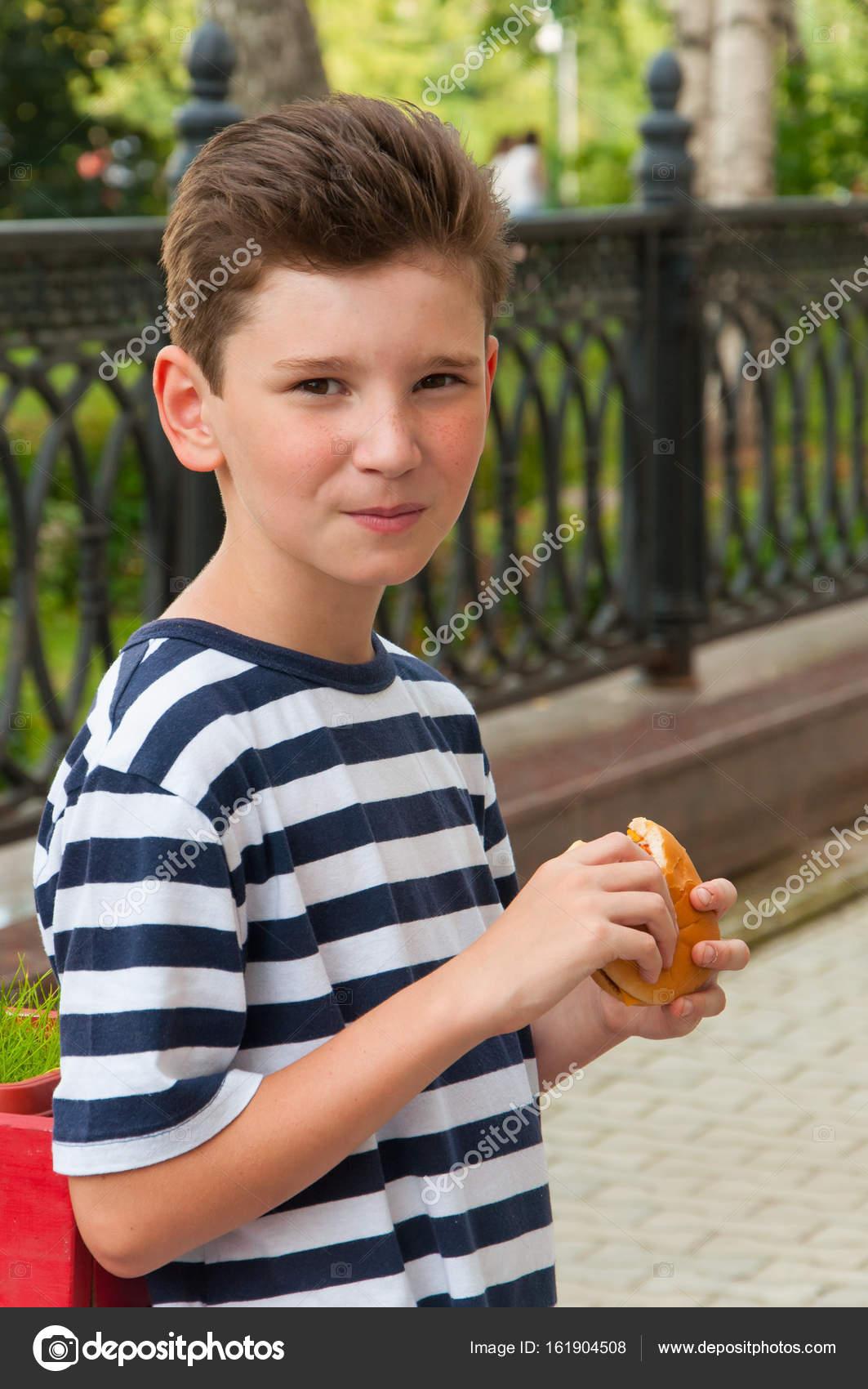 Młody Chłopak Uśmiechający Się Modne Fryzury I Burger