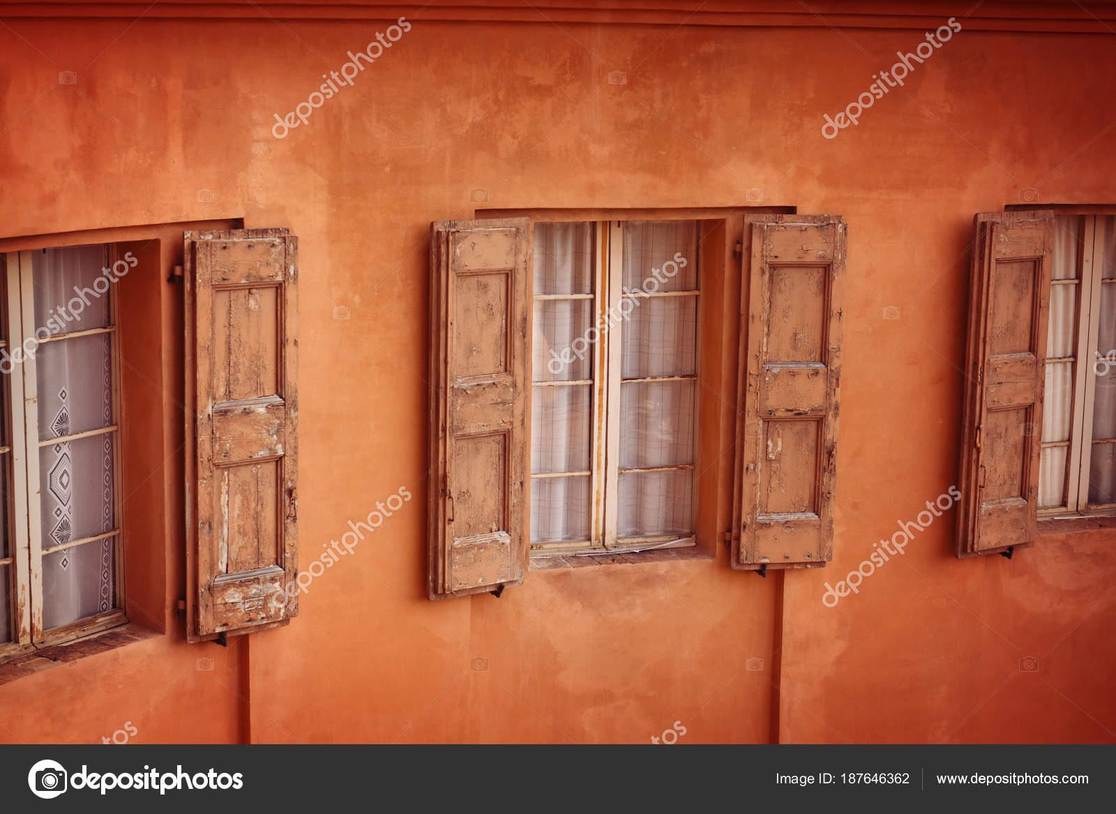 Fachada Casa Con Viejas Ventanas Con Postigos Madera Bolonia Italia ...