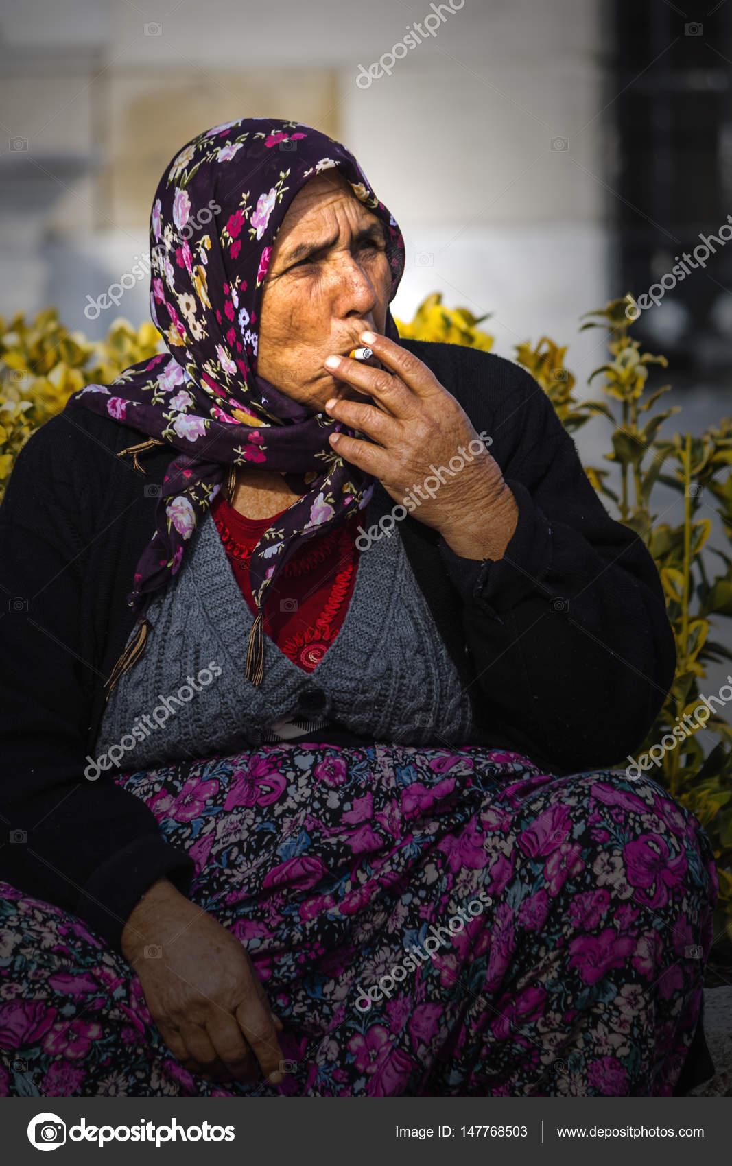 stará dáma kouření