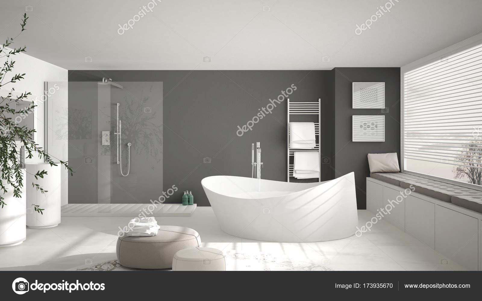 Moderne klassieke badkamer met grote ronde tapijt, groot panoramisch ...