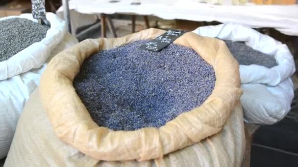 Pytlík levandule hmotnostních, suché kytice na trhu ve Francii Provence