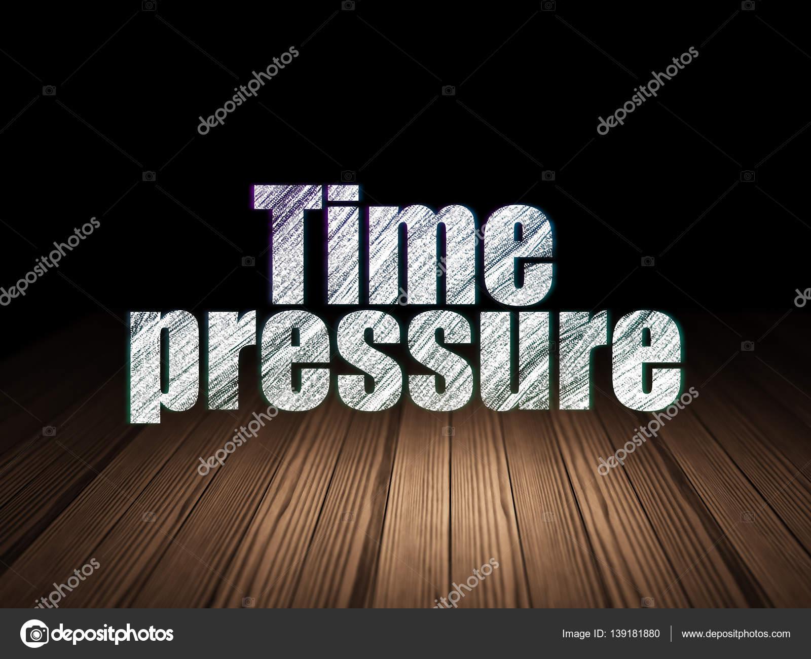 concept de scénario: pression du temps dans grunge pièce sombre