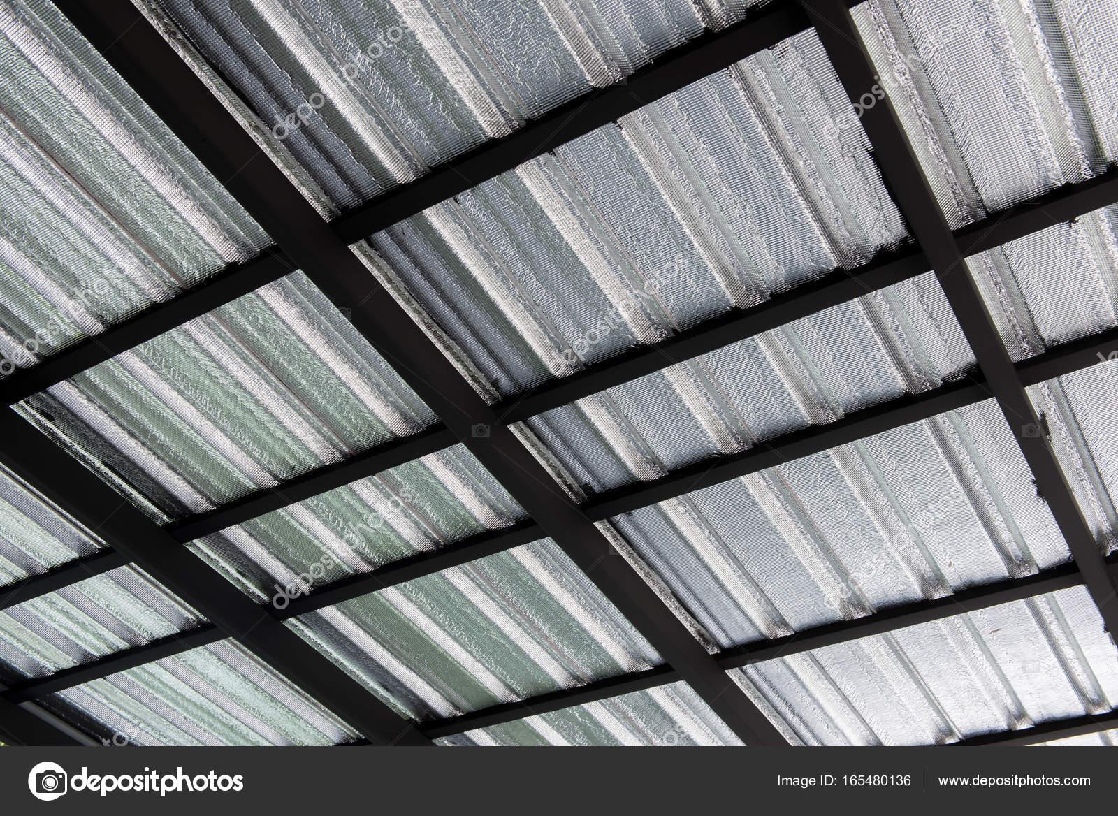 Fabulous Garage, Dach-Konstruktion von Gerüsten und Metall Blatt GW27