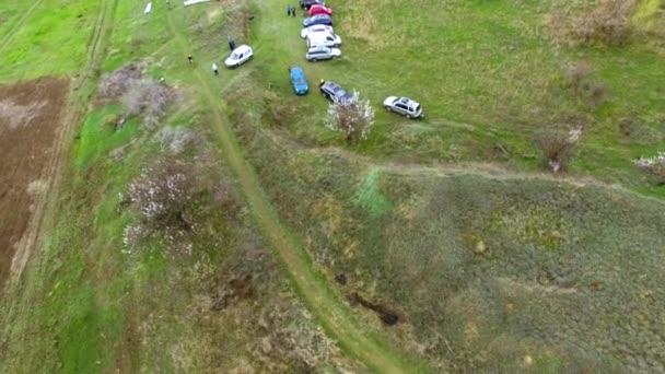 Cyklistický závod v horách. Zobrazit quadrocopter