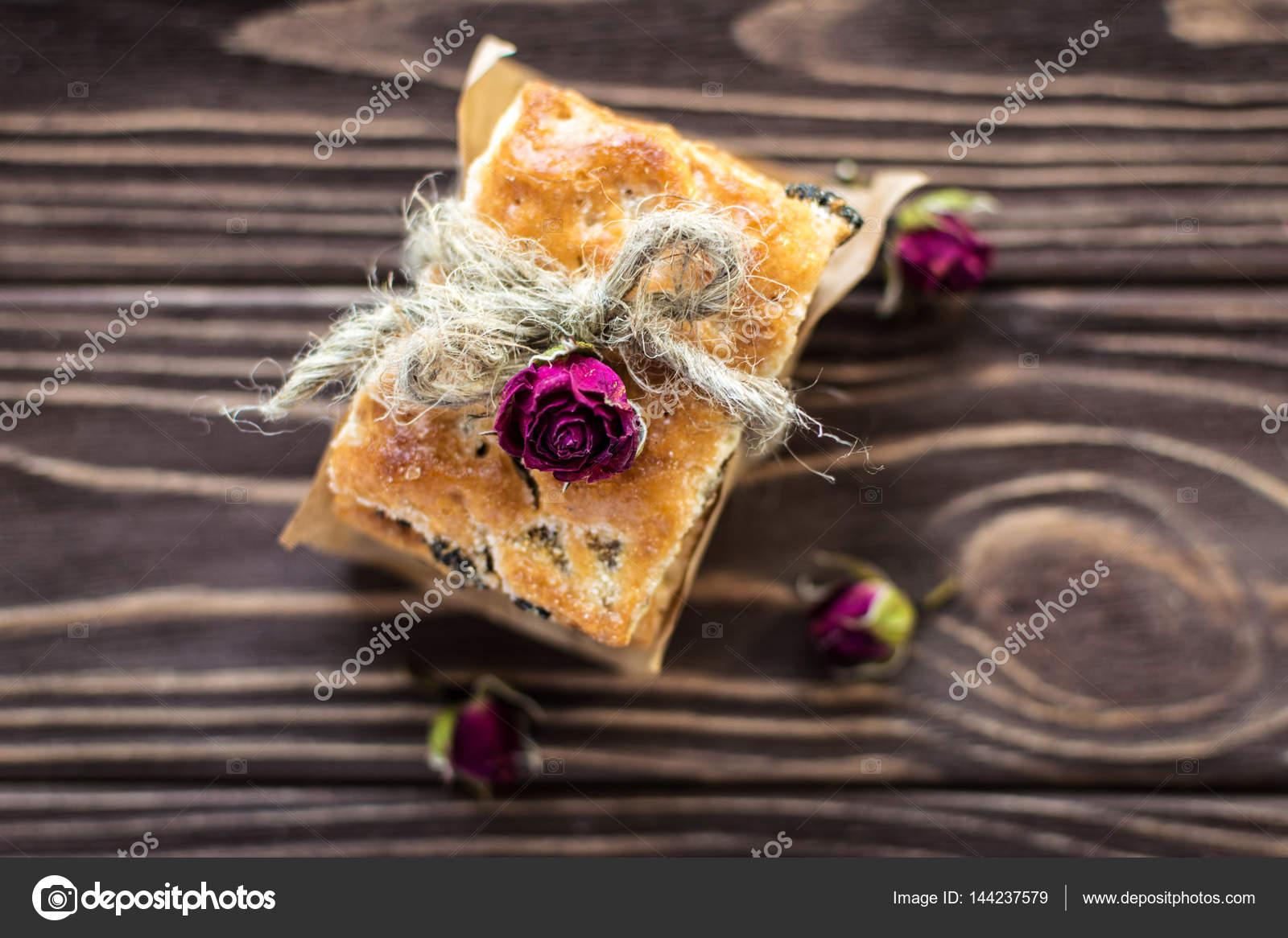 Pila De Dulces Galletas Decoradas Con Rosas En Fondo Rústico