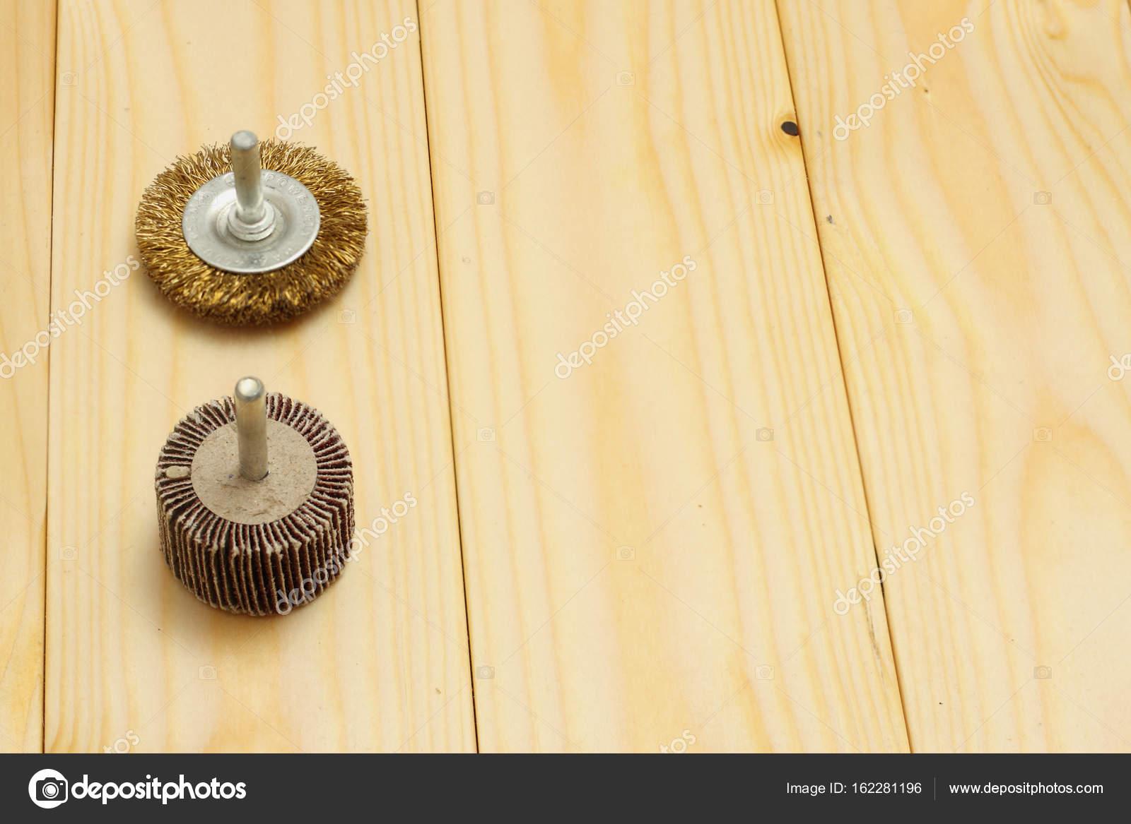 heller holz hintergrund mit metall runddraht-pinsel-werkzeug für die