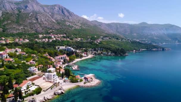 Dubrovnik region nábřeží v Mlini a Srebreno letecký pohled, na pobřeží regionu Dalmácie, Chorvatsko