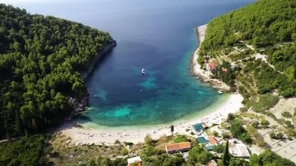 Korčula. Letecký pohled na pláž ostrova Korčula v zátoce Pupnatska Luka, souostroví jižní Dalmácie