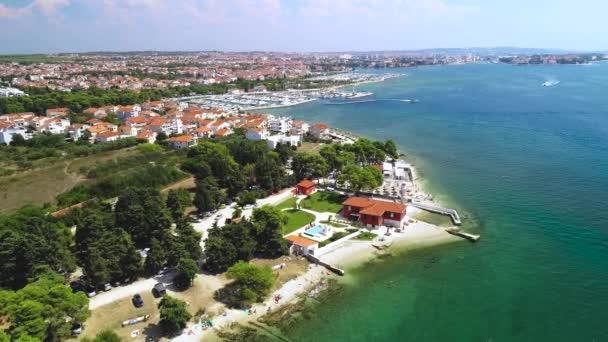 Město Zadar nábřeží letecké letní záběry pláže Puntamika, Dalmácie region Chorvatska