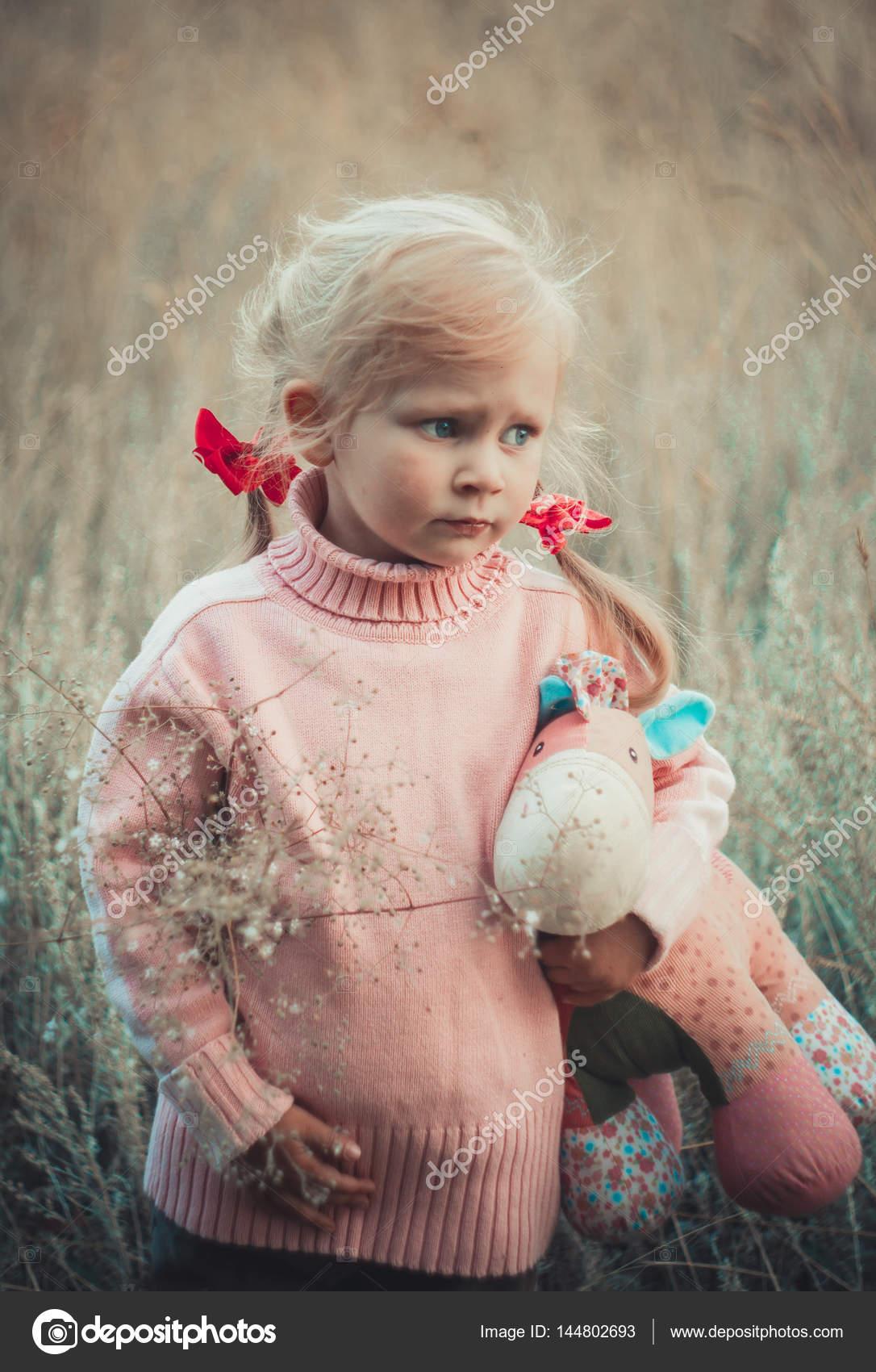 malá holka stříká