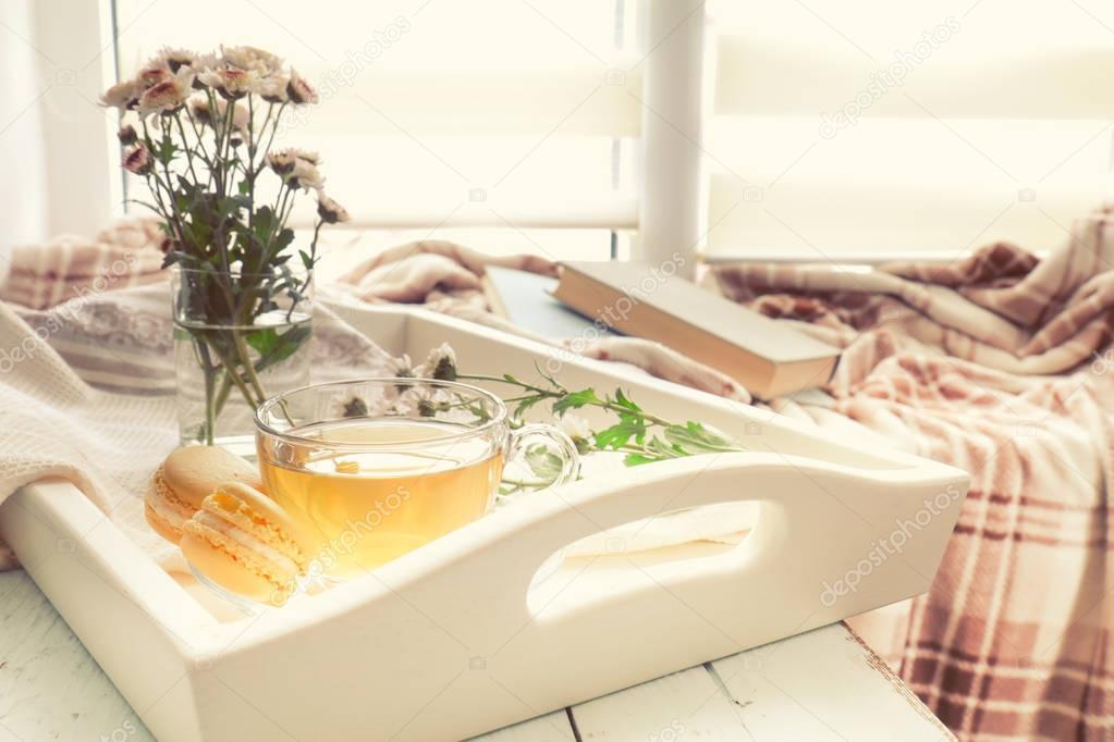 Taza de té, macarrones, crisantemos y libros — Foto de stock © vika ...
