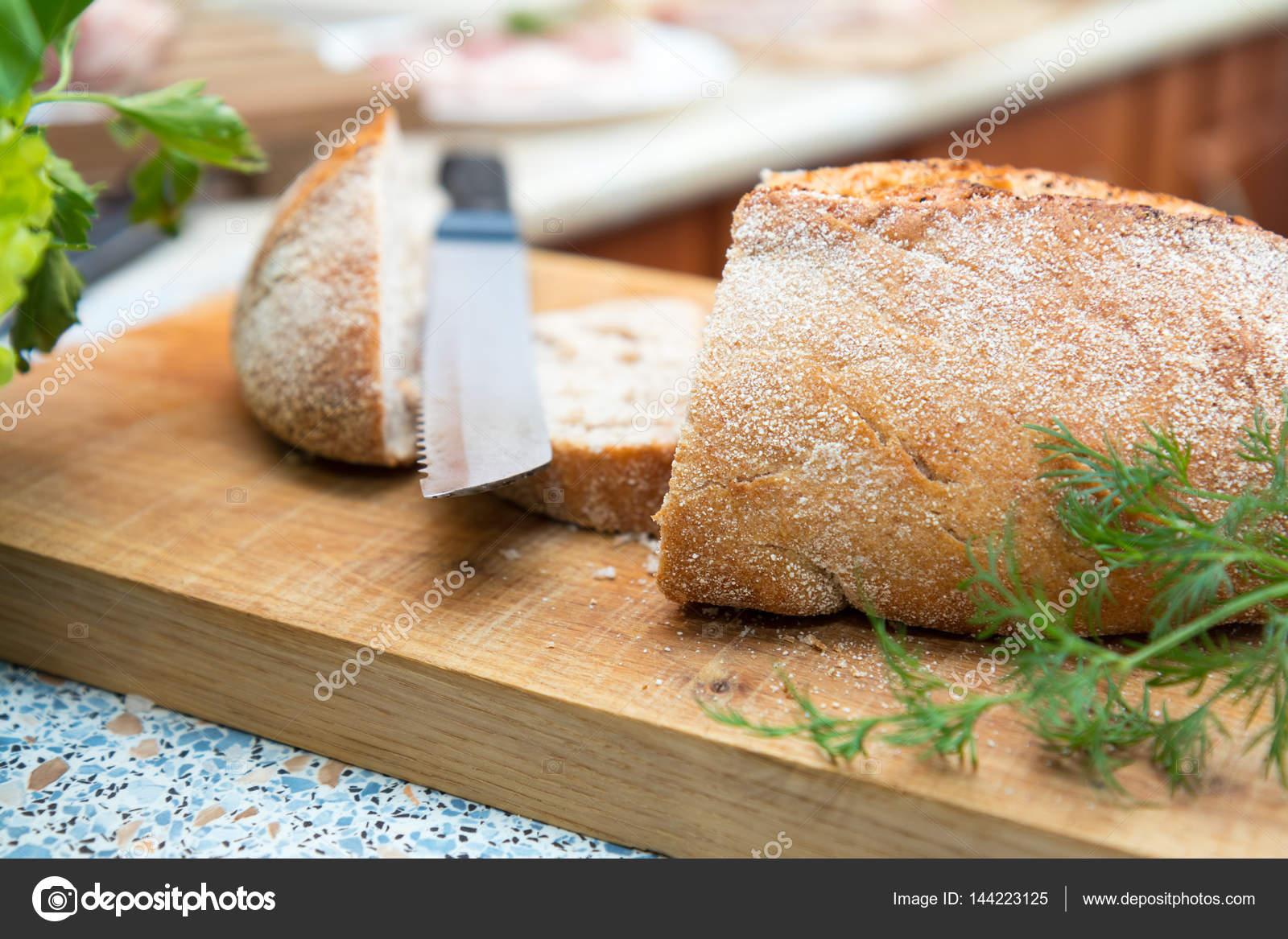 Pan casero fresco sobre tablero de madera — Fotos de Stock © vika ...