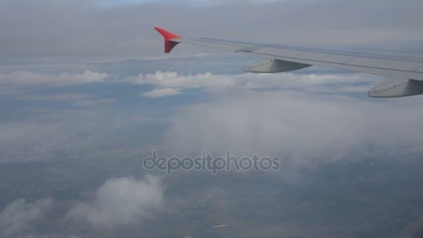 okna letadlo a stroj jet létání nad bílý oblak