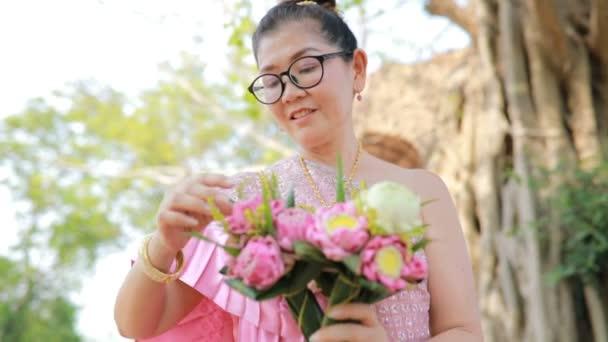 thajské ženy s Růžový lotos flower v ruce