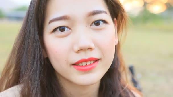Detailní záběr zubatý usmívající se tvář mladší asijské ženy