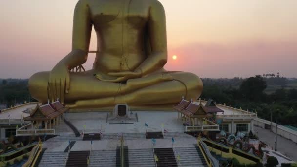 letecký pohled na sochu velkého Buddhy v Thajsku