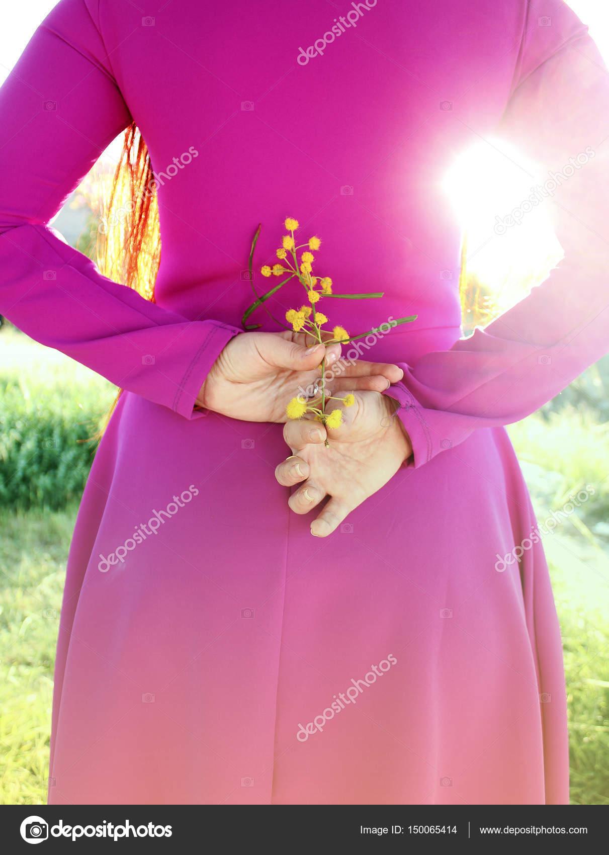 Chica joven hermosa en un vestido rosa brillante con un ramo de ...