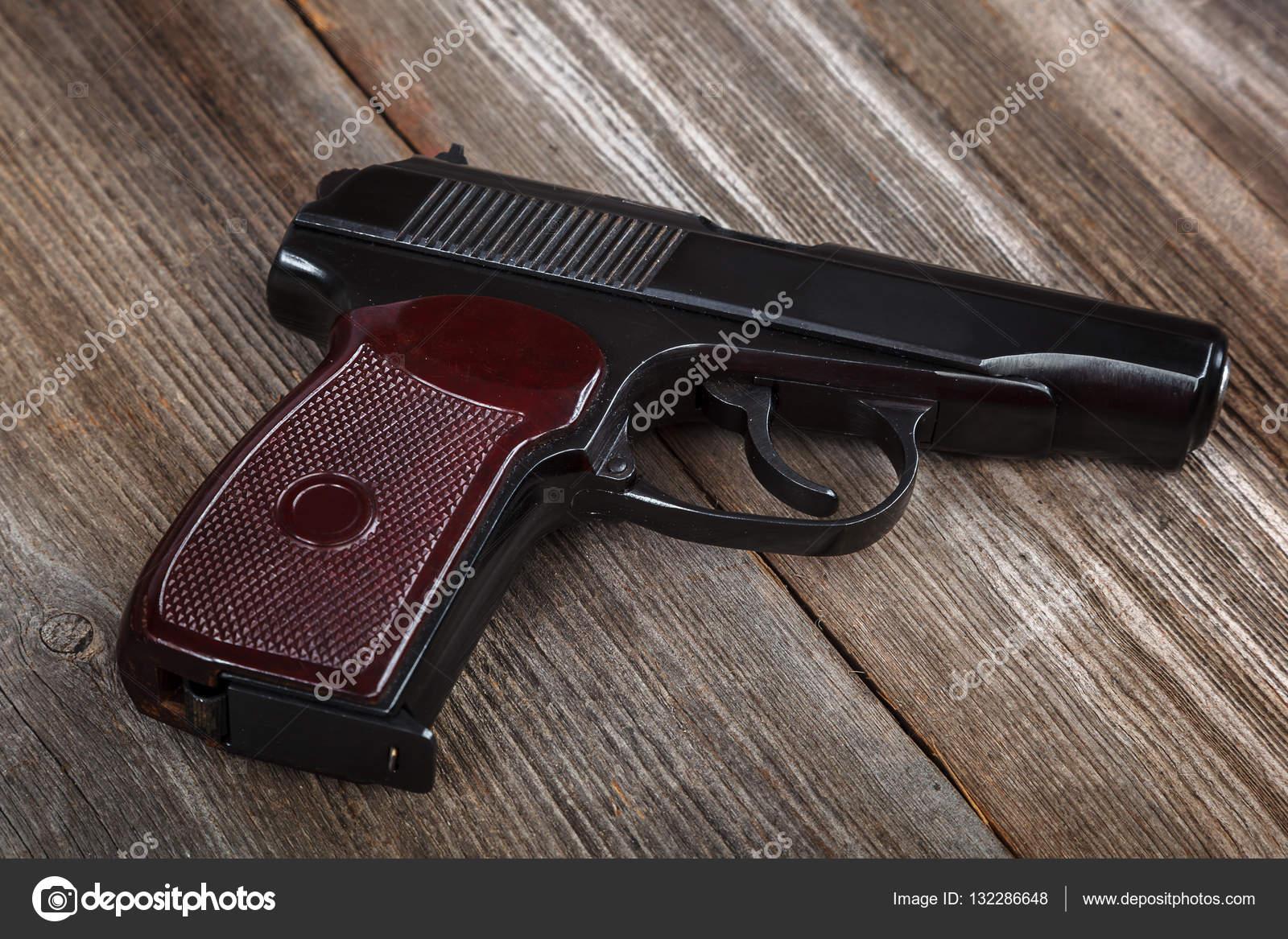 Ahşap Arka Plan üzerinde Silah Silah Stok Foto Trotz 132286648
