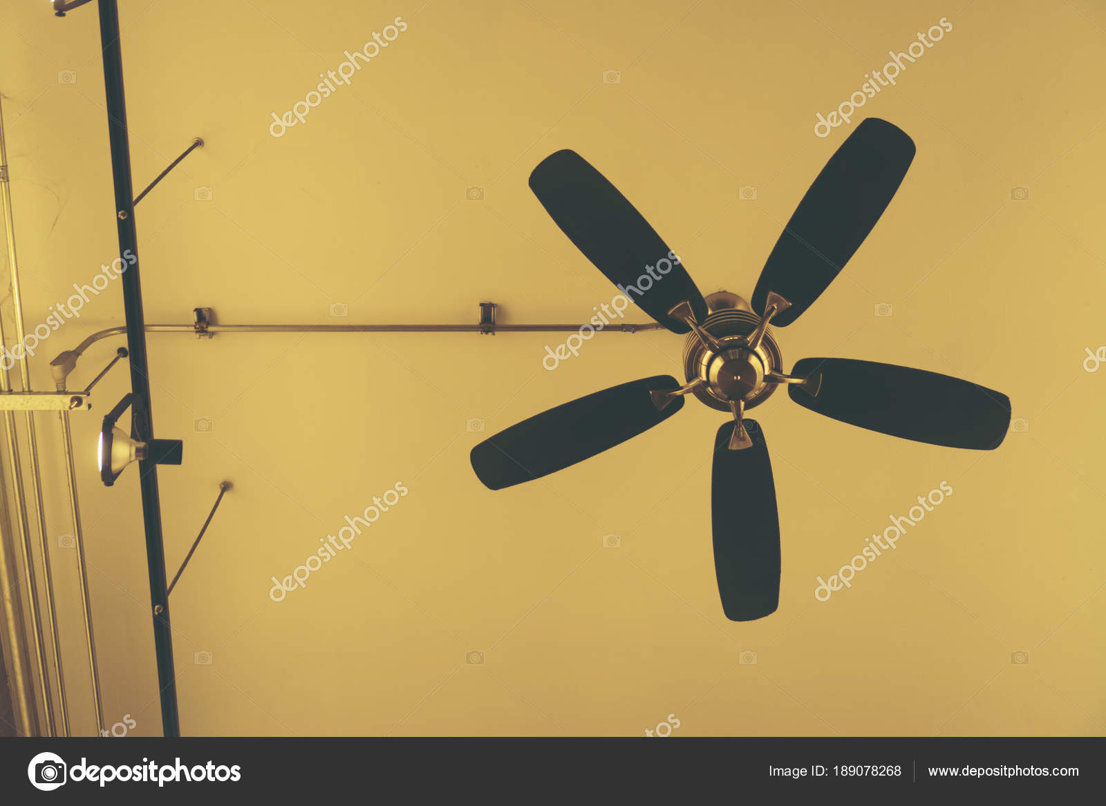 Ventilatore soffitto antico costruzione u2014 foto stock © chokniti