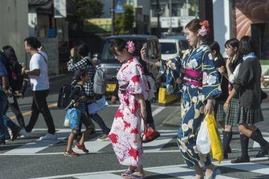Fukuoka, Japonya-Ekim 6, 2017: çok sayıda turistin yürüme geçmek yakın kapı Dazaifu tenmangu Tapınak, en ünlü ve eski Fukuoka, Japonya