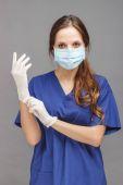 Nő orvos az egyenruha és a maszk az arcon