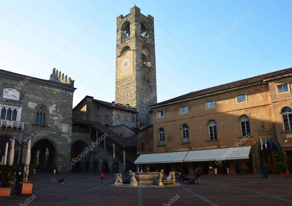 Bergamo, Italia - 17 marzo 2016: Vecchia piazza principale ...